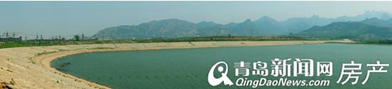 云头崮水库掩映在青山之下 图中左侧在建楼盘为龙湖安乐项目