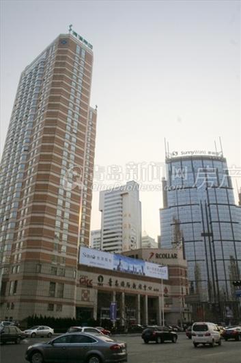 华普大厦,人保财险大厦,金光大厦在南侧一字排列,穿过云霄路,香港中