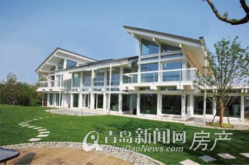 外墙大量采用玻璃镶嵌于木桁架结构中,玻璃面积占整栋建筑外表面的70%