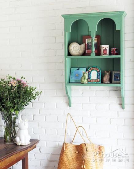 壁柜和乳白色的墙面
