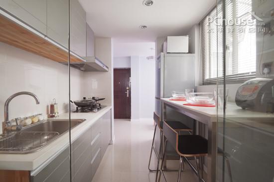 厨房的面积,选择最适合最实用的一种。 PART1:50平米以下超小户型,厨房摆哪里? 推荐设计:小U型厨房/一字型厨房 最大亮点:见缝插针,节约空间 超小户型为了节约空间,往往牺牲厨房面积,我们可以参考小U型/一字型厨房,以平时做饭的顺序为动线,从左至右分别是冰箱、洗涤区(水槽),然后到处理区,到炉灶区。