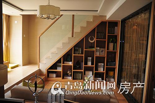 1层楼梯下的三角形空间被巧妙的设计成了书柜