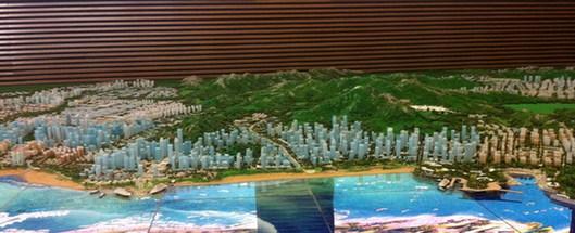 西海岸经济新区规划展览馆展出的新区cbd沙盘示意图; 青岛西海岸