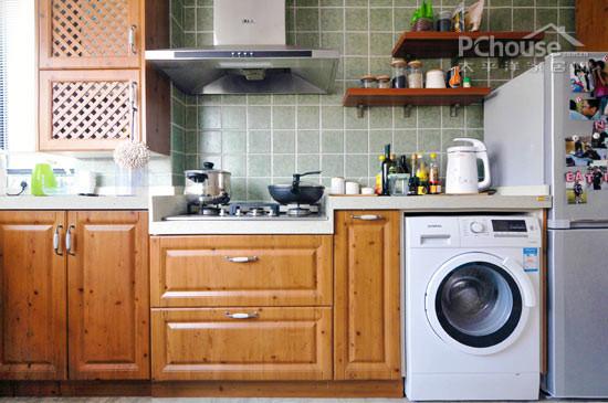 方案一:将洗衣机放在洗漱台旁边  装饰Tips:将洗衣机摆放在洗漱台的边上,大小刚刚好的位置,正好够放下洗衣机,节省了空间的同时,也让小空间变得格外工整。靠近洗漱台的好处是可以方便将水注入洗衣机中,非常方便。在洗衣机的上面,木板打造了一个分层收纳空间,可以将准备洗或者干净的物品摆放在这里,尽显方便之感。