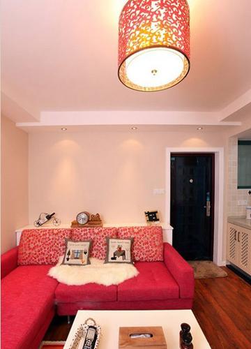 一进门映入眼帘的就是大红色的沙发,中国红吸顶灯映着整个客厅,给人一图片