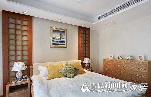 卧室背景墙的两旁采用日式推门的元素