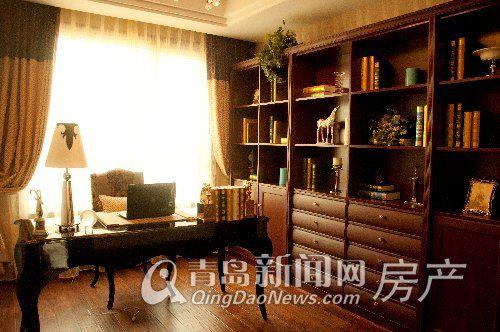 棕色木质书柜占据书房正面墙壁