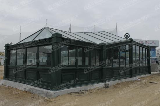 外观类似欧式建筑,采用坡屋顶和竖向线条
