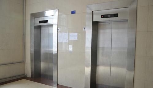 左岸风度小区电梯坠落七层楼 母子双双被困 - 青岛