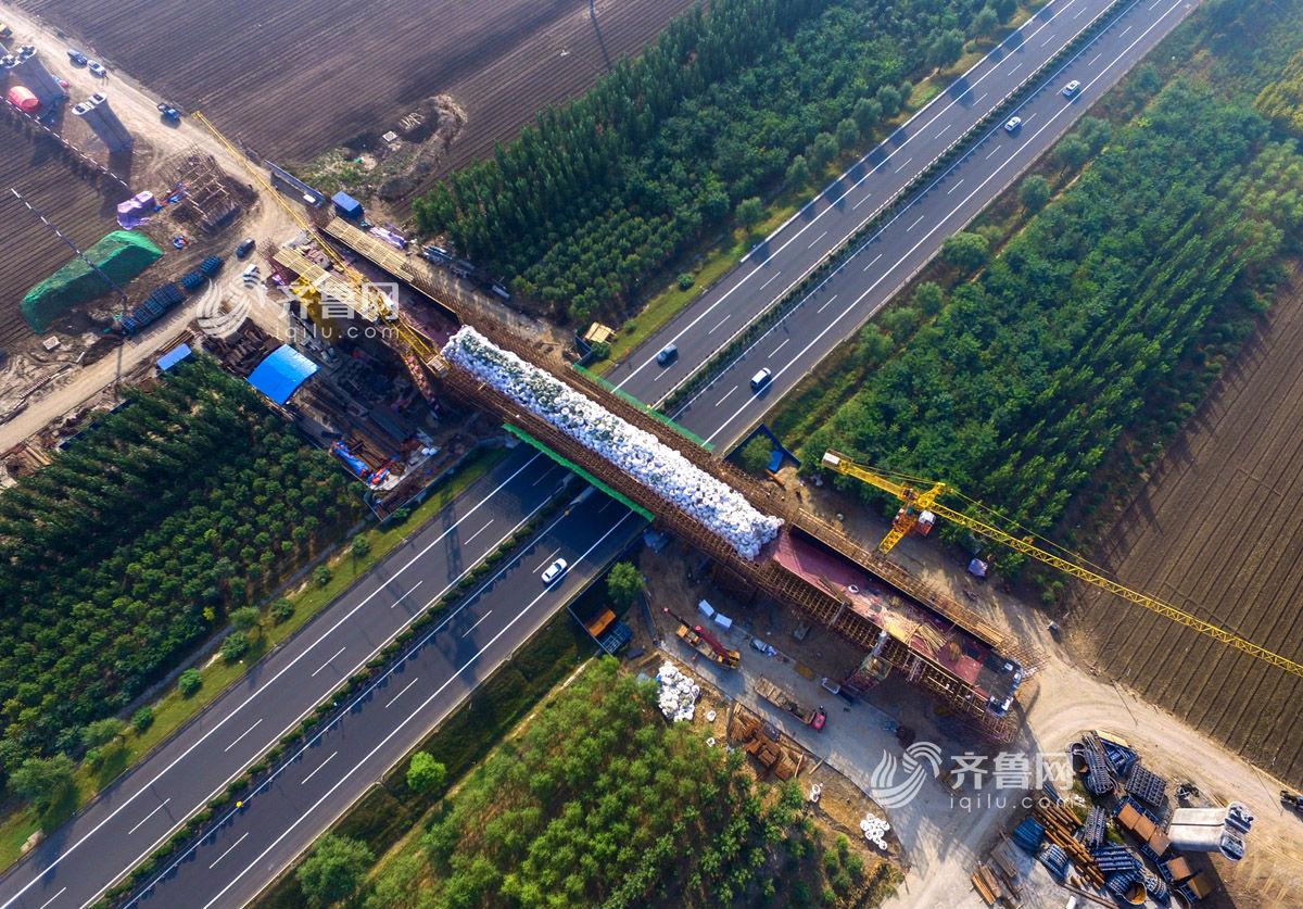 10月4日,济青高铁项目邹淄(邹平--淄博)特大桥跨滨莱高速连续梁图片
